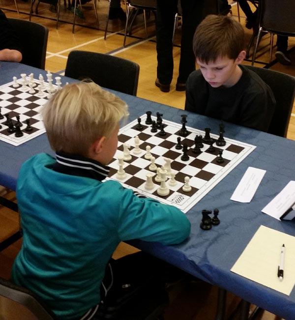 Jakob Schultz Svenningsen vandt og tabte skiftevis hele weekenden og holdt sig dermed i den gode ende af tabellen. Slutresultatet blev 4,5 point ud af 8 og en plads som nummer 16 ud af 40, og dermed den anden spiller i Vestfjends Skoleskaks historie til at ende i bedste halvdel.