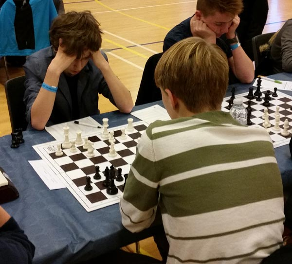 Man kan næsten høre, det knager. Laurits Gorm Dahl, 12 år, var med til sit 4 DM. I denne meget svære gruppe lykkedes de Laurits at opnå 3 point ud af 8.