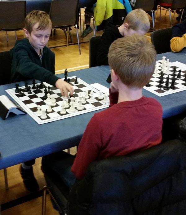 William Bay Aagaard, 10 år, var også med til sit første DM. William tabte et par partier lørdag, han skulle have vundet, med 3 ud af de sidste 4 partier blev vundet, og William sluttede dermed på 3 ud af 8.