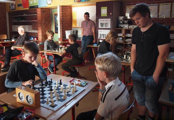 Gruppe E i aktion. Forrest ses Jakob Svenningsen der vandt alle sine partier.